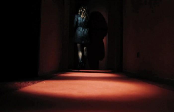 Gefrierbrand - Anna Zhara öffnet die Tür ins Hotelzimmer vom 25hours Frankfurt