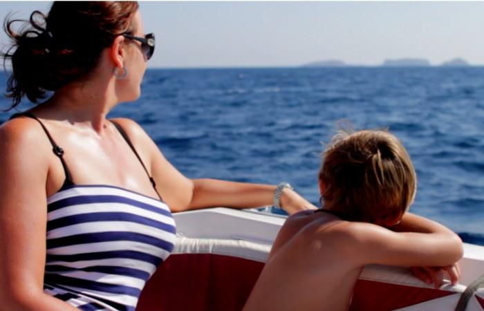 Kai Schmitz filmt auf einem Boot vor der Küste von Tekirova