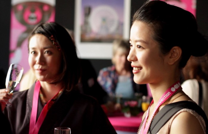 Dies ist eine Aufnahme von weiblichen japanischen Filmemachern die auf dem Nippon Connection Filmfestival in Frankfurt zu Gast waren. Hier unterhalten diese sich gerade bei einem Sektempfang im Mousonturm in Frankfurt.